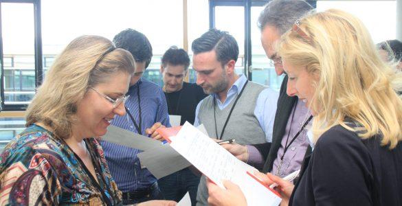 internationaler austausch, konferenzteilnehmer im gespraech, foto: paedagogisches institut