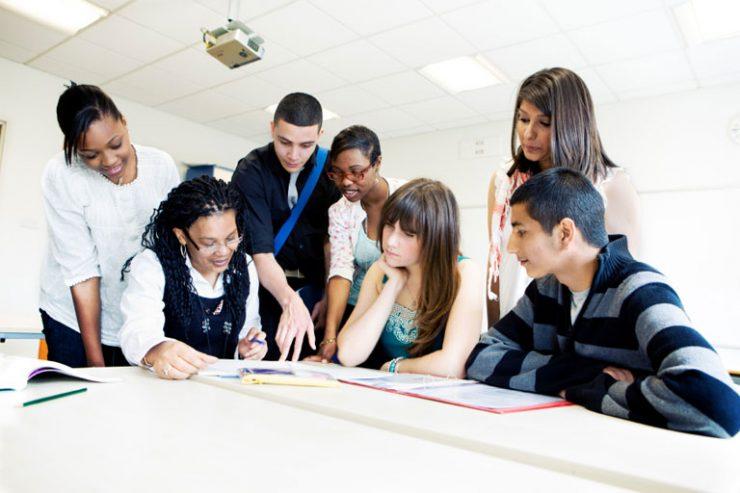 teenager, studenten, jugendliche am tisch in der klasse, foto: istock, track5