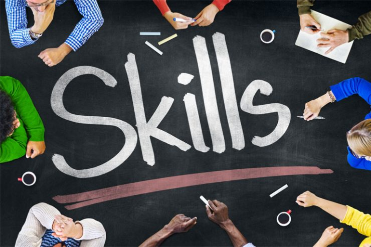 8 personen sitzen um tisch mit der aufschrift skills, foto: AdobeStock, rawpixel.com