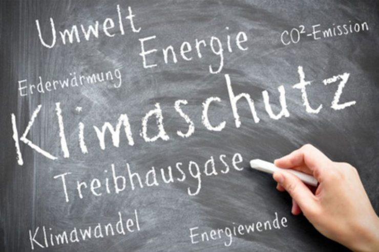 weibliche hand schreibt das wort klimaschutz an schultafel, foto: fotolia, marco2811