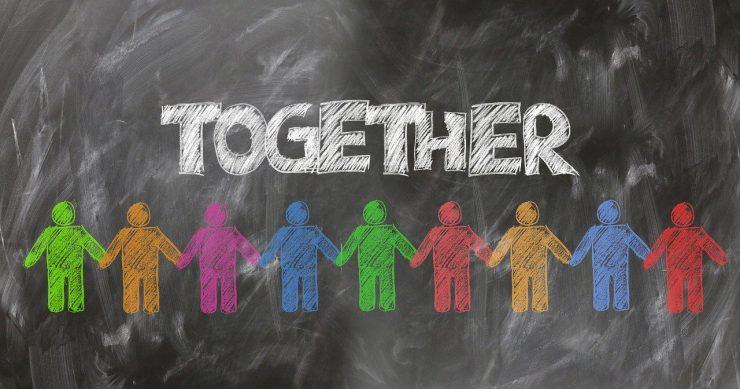 Menschen stehen zusammen