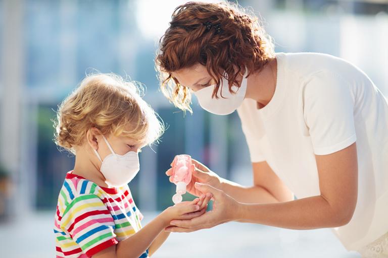 Frau und Kind mit Mundschutz | AdobeStock Foto famveldman