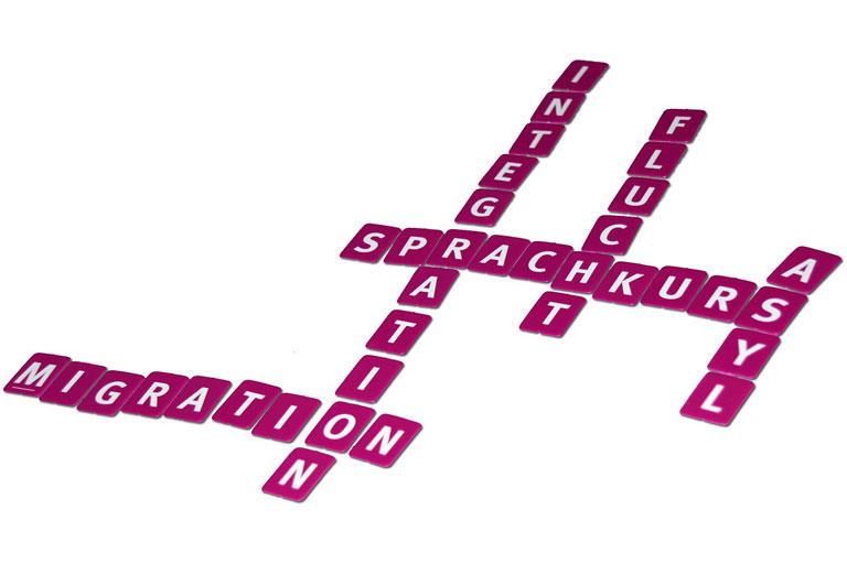 scrabblesteine mit den worten integration, sprachkurs, migration, asyl, foto: christine schmidt auf pixabay