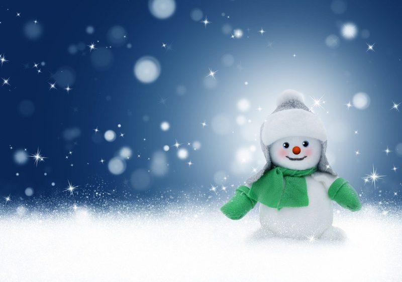 Schneemann mit Schal und Handschuhe