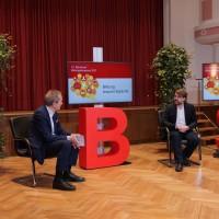 Im Gespräch: Stadtschulrat und Moderator